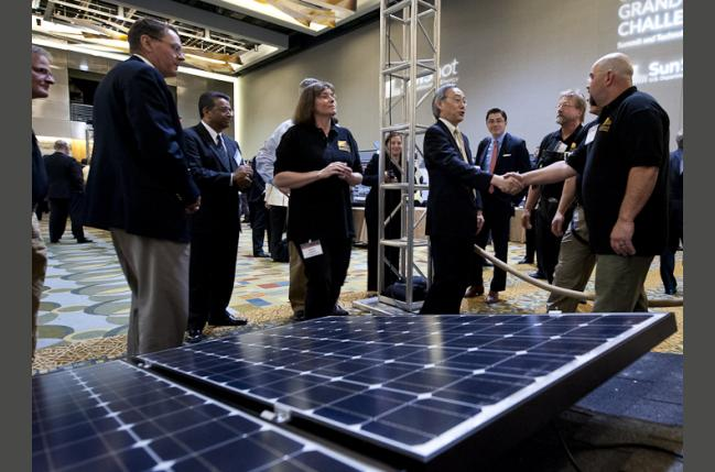 SunShot Energy Secretary Steven Chu meets with students from Front Range Community College at an instruction exhibit (Creative Commons)