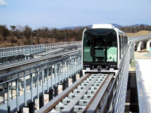 Linimo approaching Banpaku Kinen Loen towards Fujigaoka Station (attrib: Chris 73)
