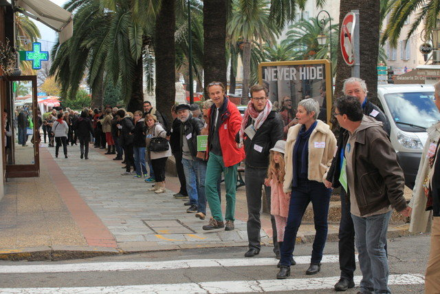 Human Chain in Paris demanding the oil be kept under the ground (credit: 360.org)